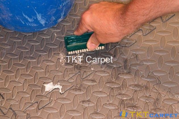 chà sạch thảm xốp với bàn chải