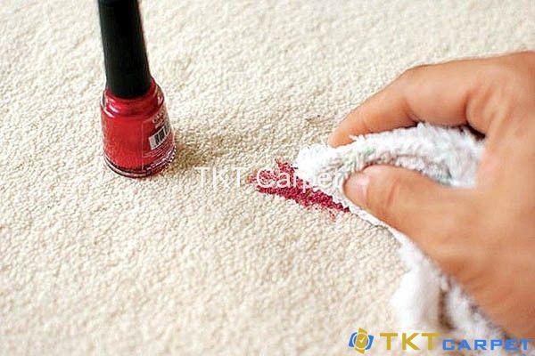 Làm sạch sơn móng tay dính trên thảm