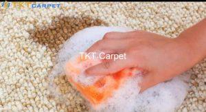 Sử dụng khăn thấm và hút hết chất lỏng cà phê đổ trên thảm