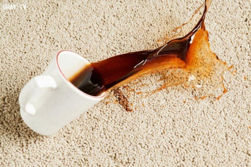 nước cà phê đổ ra thảm