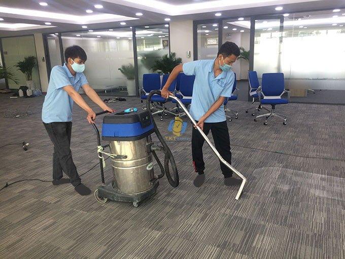 Hút sạch lượng nước dư thừa trên thảm