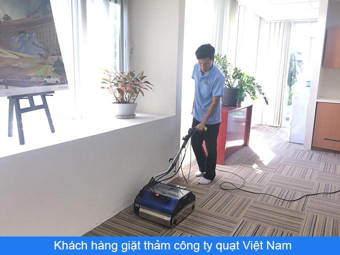 Khách hàng giặt thảm công ty quạt Việt Nam