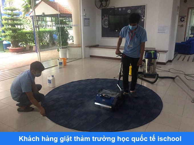khách hàng giặt thảm trang trí