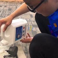 Pha hóa chất giặt ghế